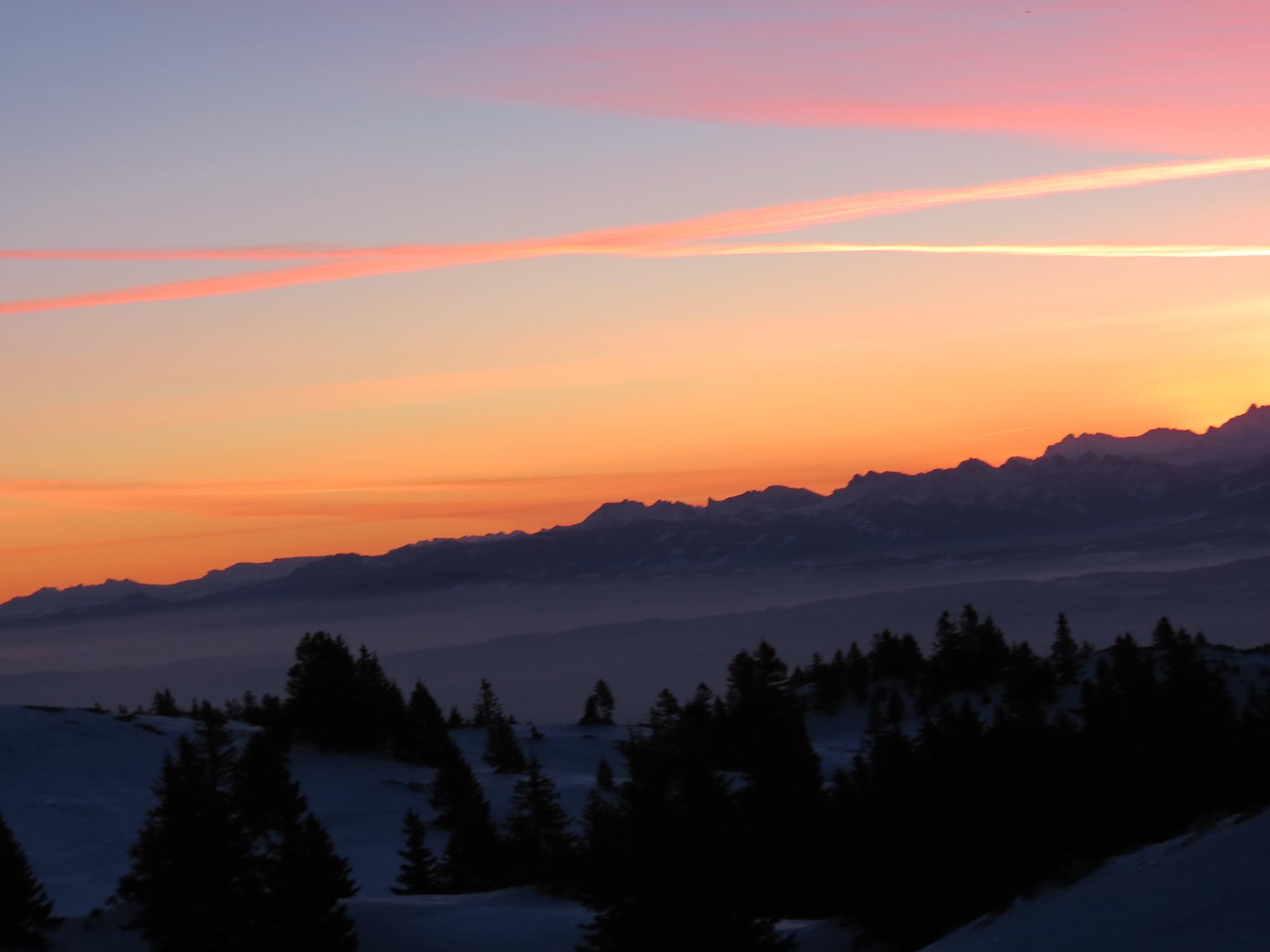 premières lueurs du jour sur les Alpes
